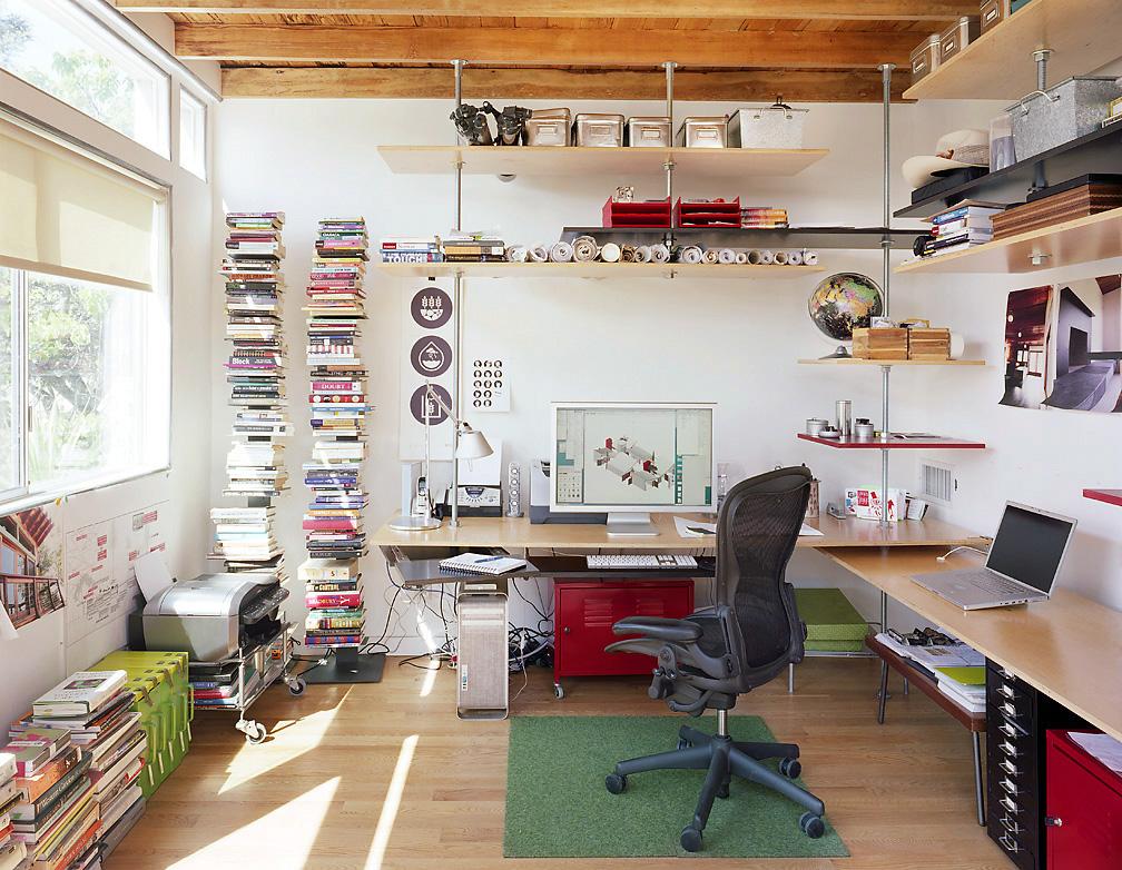 Des murs clairs dans un petit bureau