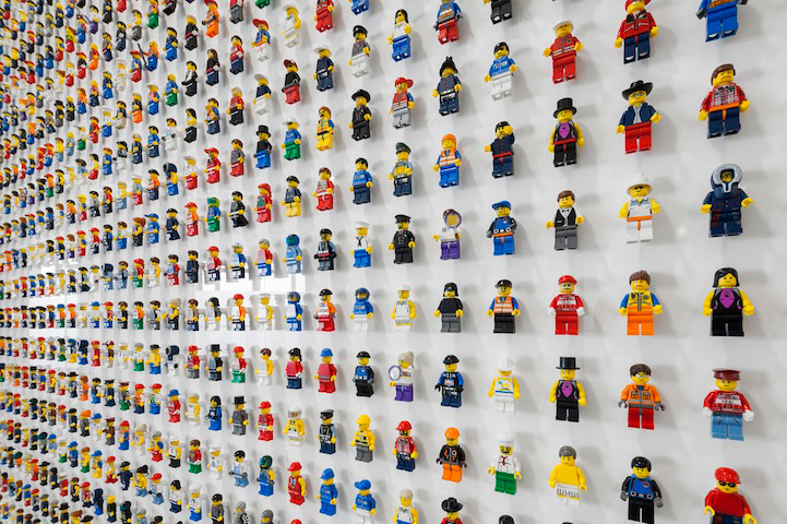 lego-minifigs-office-wall-2