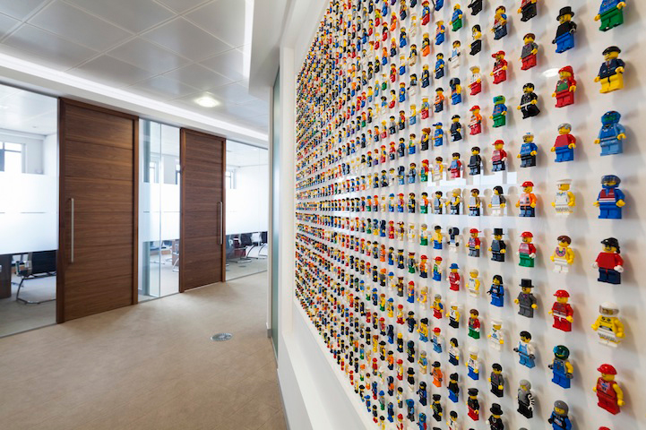 lego-minifigs-office-wall-4