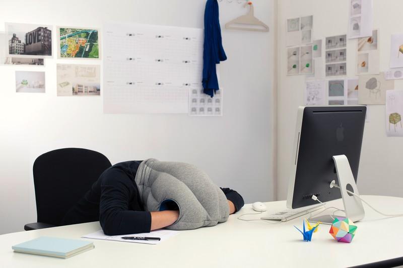 La sieste au bureau avec l'OstrichPillow