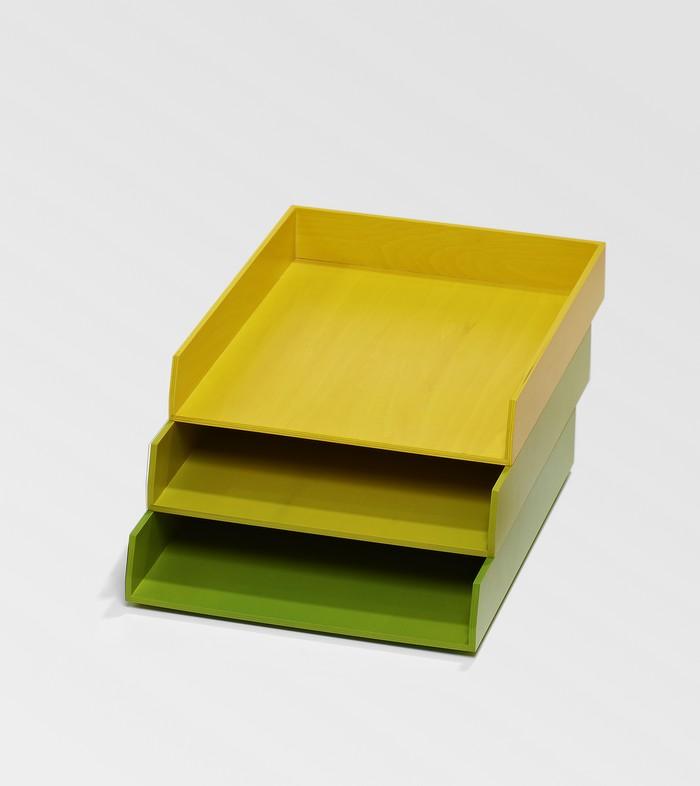 Des bannettes de bureau jaunes et vertes