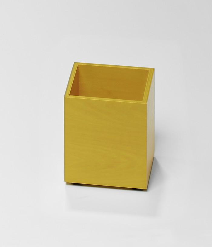 Un pot à crayon jaune